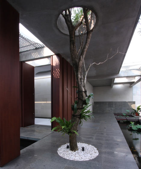 A Green Roof + Indoor Trees + Pools Cool R-House in Indonesia ...